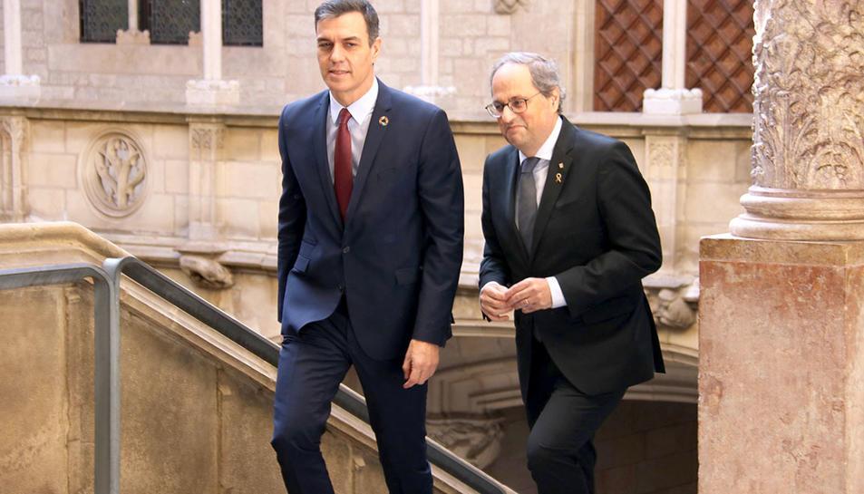 El president de la Generalitat, Quim Torra, i el cap del govern espanyol, Pedro Sánchez, abans de reunir-se a Palau el 6 de febrer.