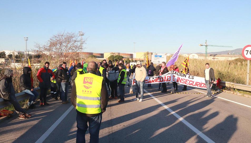 Un piquet informatiu al polígon nord tallant el trànsit a la T-750, durant la vaga al sector petroquímic de Tarragona.