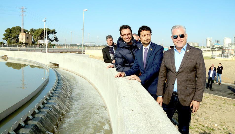 El conseller de Territori i Sostenibilitat, Damià Calvet, amb els alcaldes de Salou i Vila-seca durant la inauguració de l'ampliació de la depuradora.