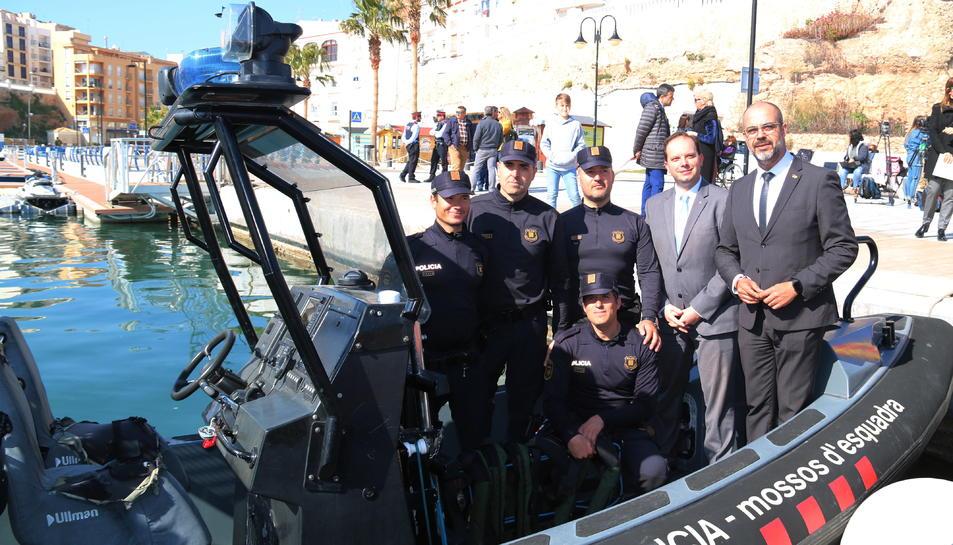 El conseller d'Interior, Miquel Buch, i agents de la unitat subaquàtica dels Mossos d'Esquadra en una de les embarcacions del cos.