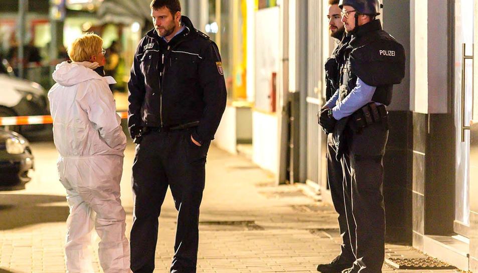 Agents de policia davant un dels locals on s'han produït els tirotejos.