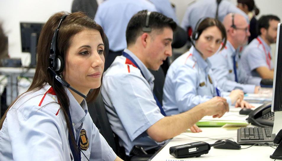 Agents dels Mossos d'Esquadra atenent incidents policials a la sala de comandament del 112.