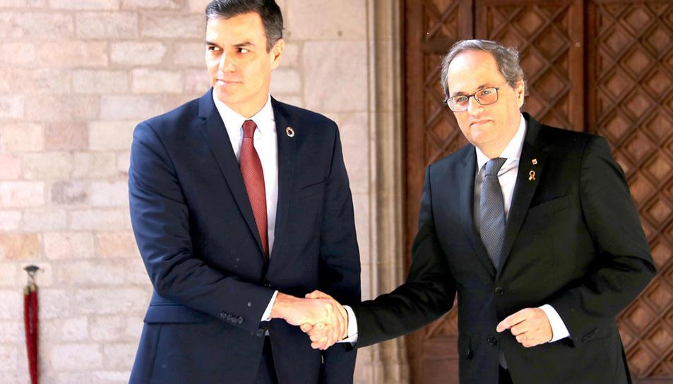 Els presidents Quim Torra i Pedro Sánchez encaixen la mà abans de reunir-se al Palau de la Generalitat.