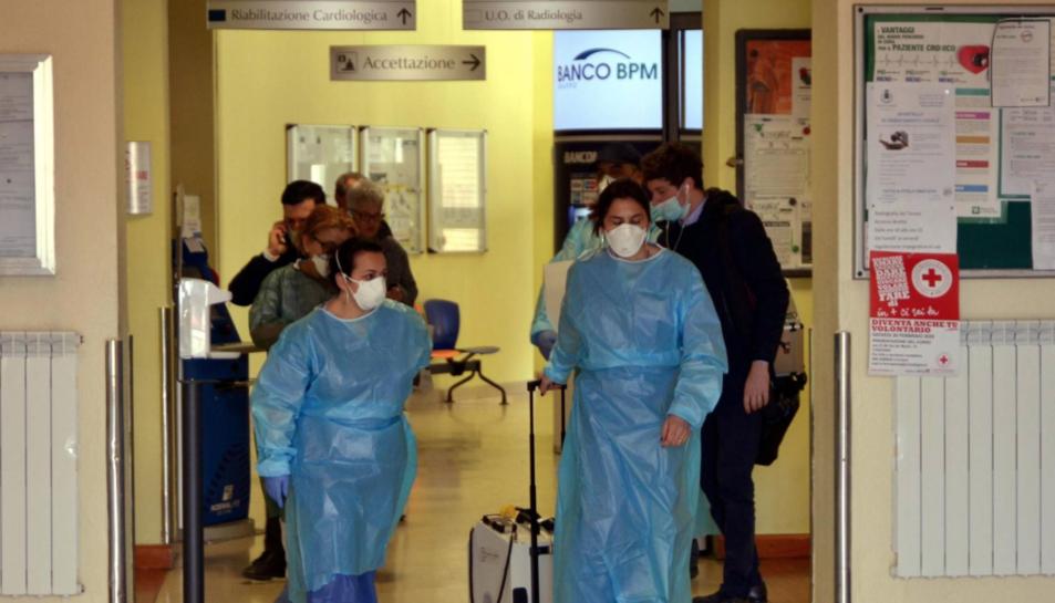 Treballadors sanitaris a l'hospital italià de Codongo.
