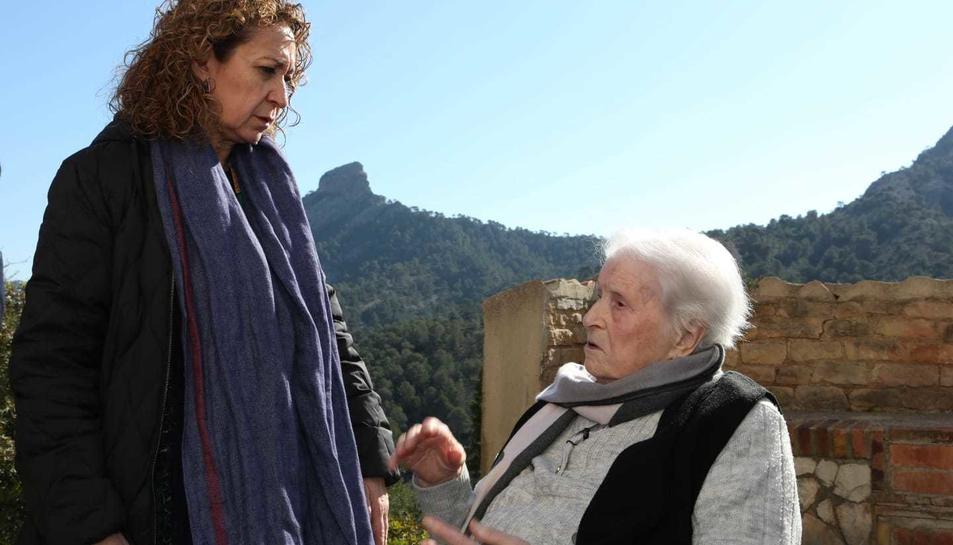 La consellera Capella amb Mariana Sanromà, de 91 anys, filla de la persona que es podria trobar a la fossa.
