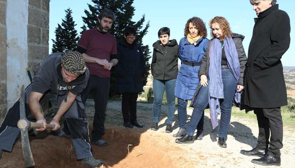 La consellera de Justícia ha assistit a l'excavació de la fosa al costat de l'ermita.