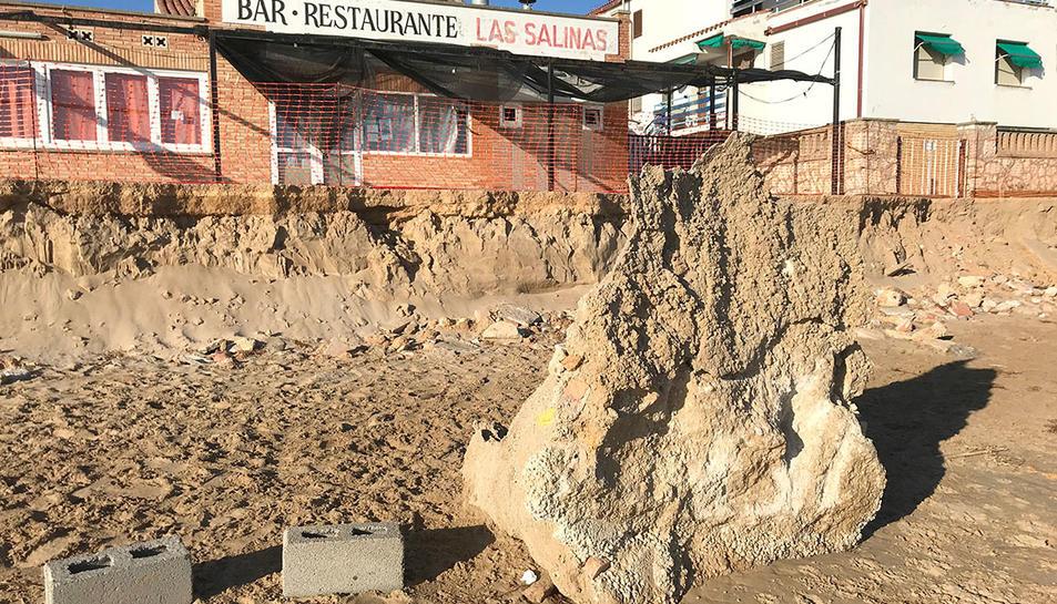 Una pedra de grans dimensions situada al mig de la platja Llarga de Tarragona, com a conseqüència del Gloria.