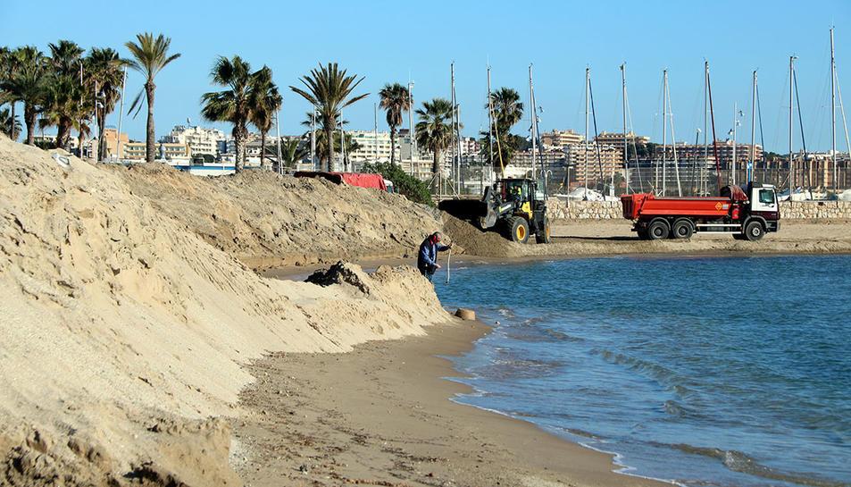 Un munt de sorra acumulada a la platja de Ponent de Salou, on el temporal Gloria hi va deixar un excedent i que s'està trasvasant cap a d'altres platges.