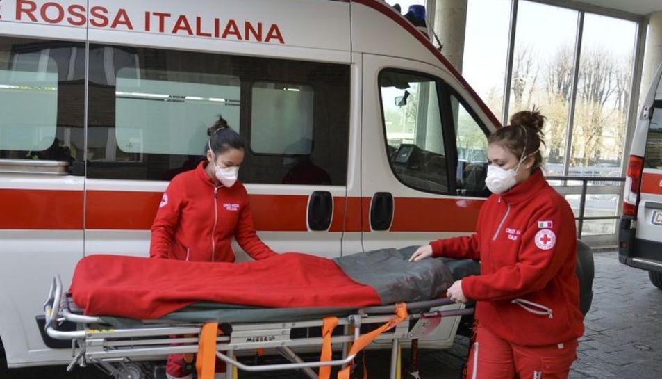Membres de la Creu Roja italiana amb mascaretes.