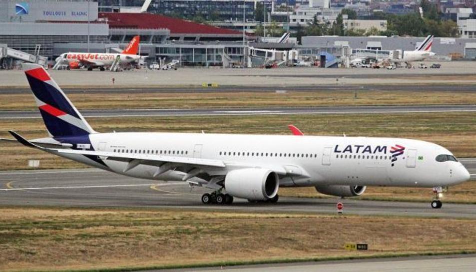 Imatge d'un avió de la companyia LATAM
