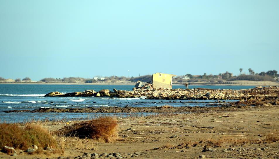 Una barraca, malmesa pel temporal Gloria, propera als camps d'arròs inundats amb aigua del mar de l'arrossaire Jordi Margalef a Deltebre (Baix Ebre)