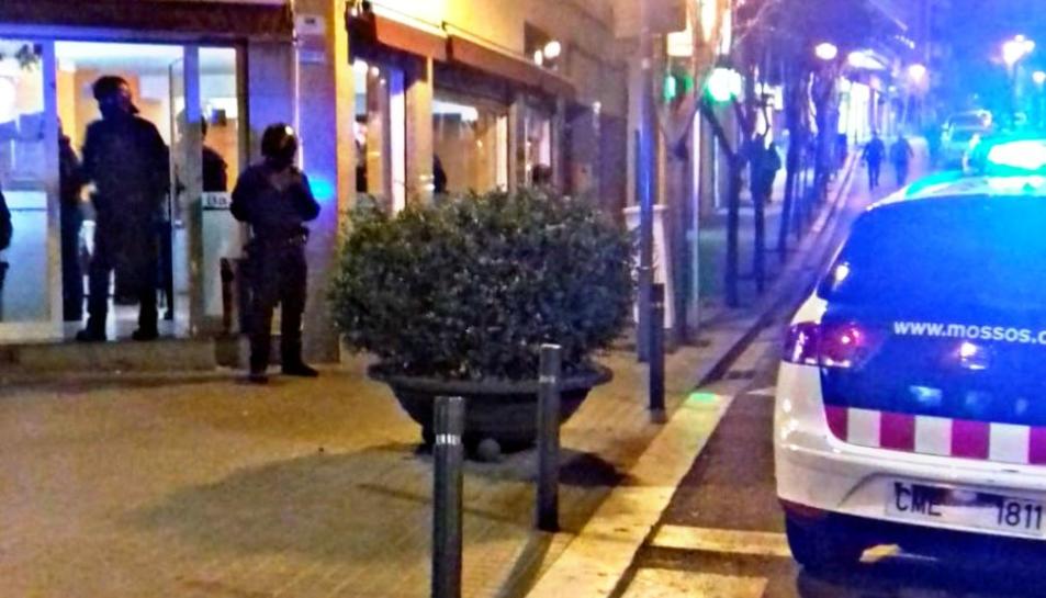 Agents de Mossos i Guàrdia Urbana en un dels locals inspeccionats al barri de Trinitat Vella