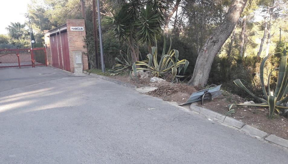 A la dreta, espai reservat als contenidors de la brossa, a la part superior del carrer Tramuntana