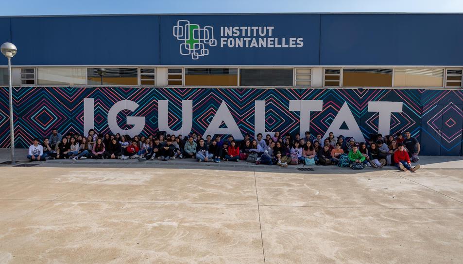 Els alumnes que han participat en el disseny i elaboració del mural.