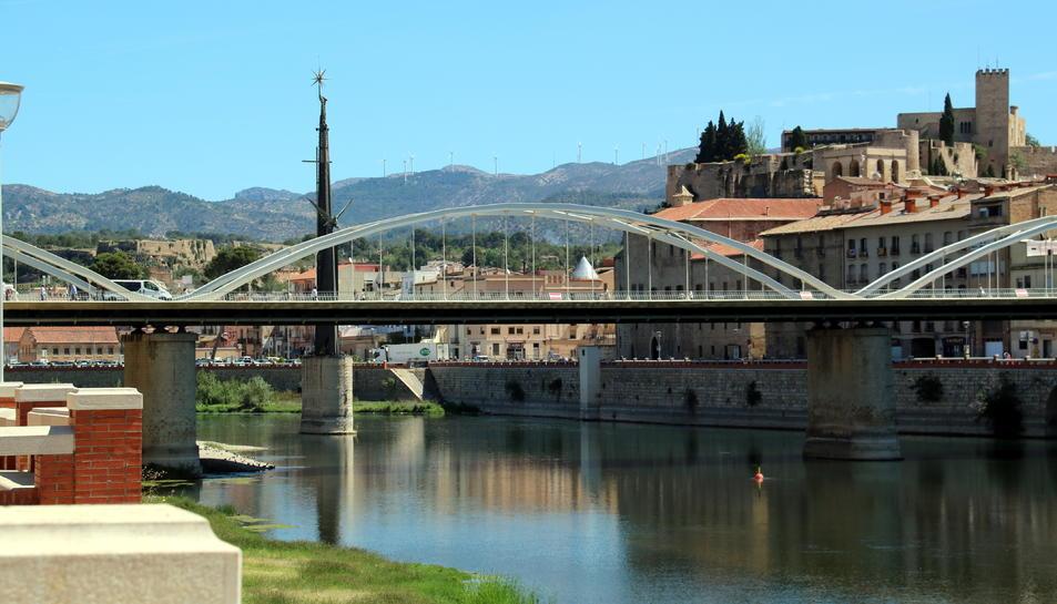 La façana fluvial de Tortosa amb el monument franquista al mig del riu