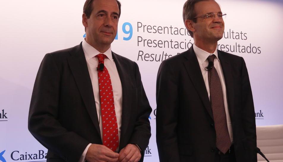 Pla curt del president de CaixaBank, Jordi Gual, i del conseller delegat, Gonzalo Gortázar, durant la roda de premsa de presentació de resultats del banc del 2019