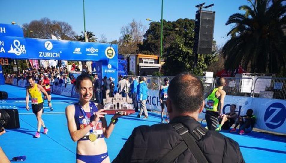 Marta Galimany amb el trofeu de campiona d'Espanya en Marató