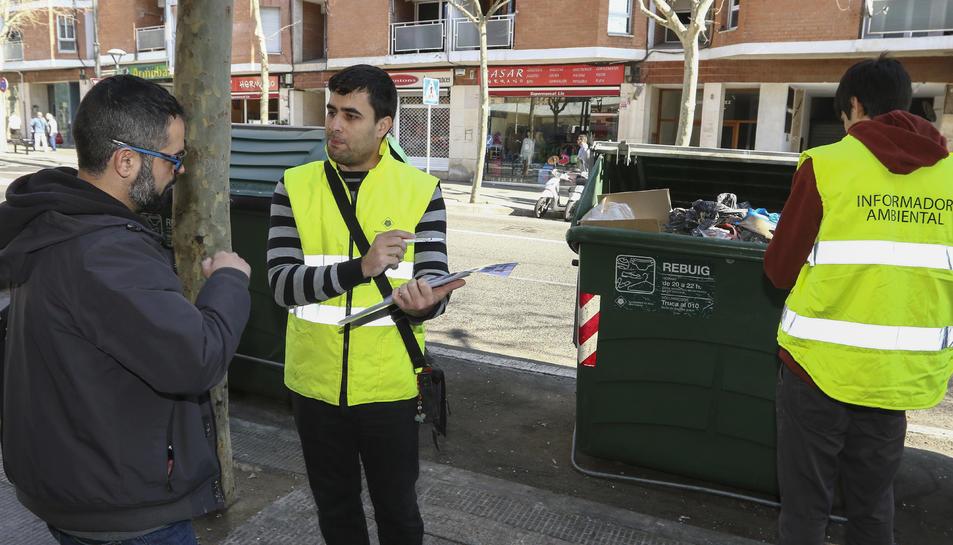 Un equip informa els qui s'acosten amb la brossa sobre com s'han de separar i dipositar els residus.