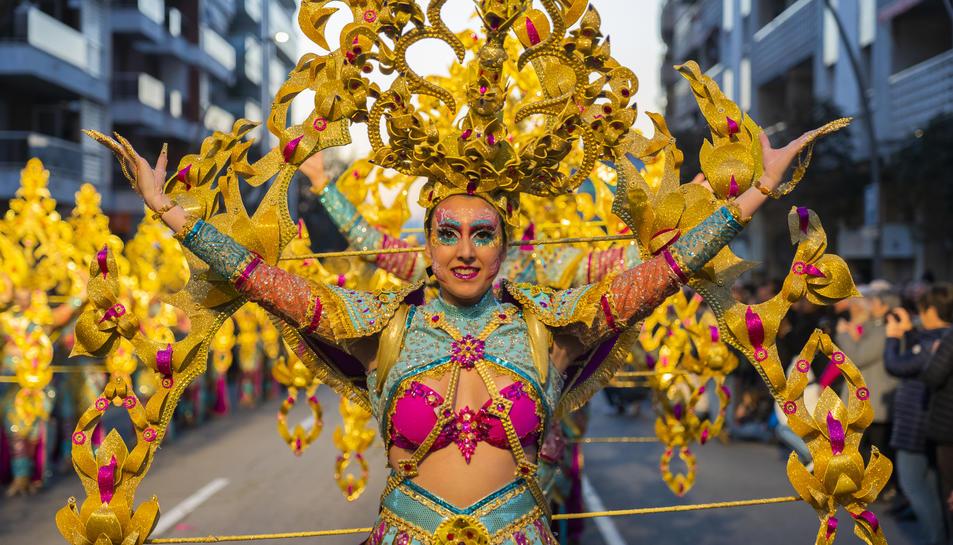 Disc 45, que va guanyar el concurs de la Disfressa d'Or, durant la Rua de Lluïment al seu pas per l'avinguda Ramón y Cajal.