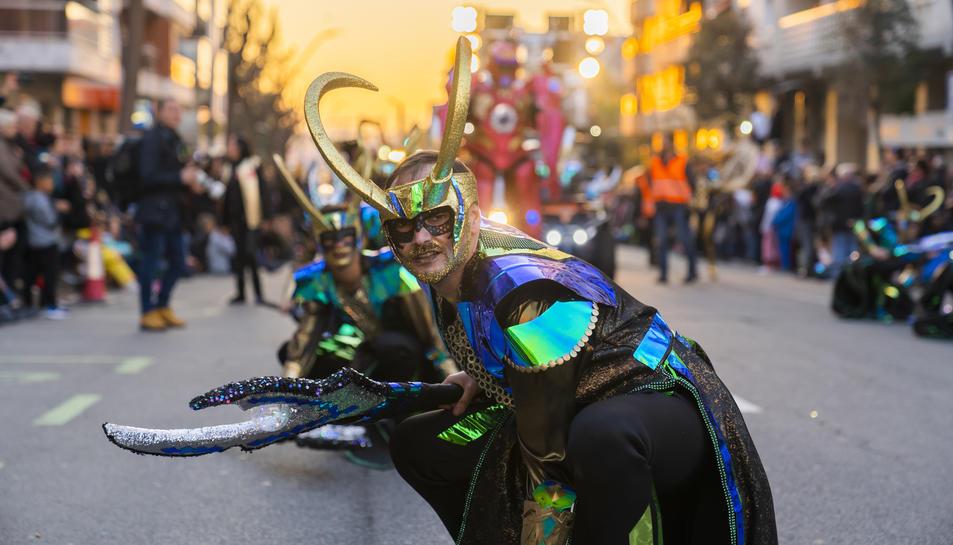 La comparsa Fusion Cromatic, al començament de la Rua de Lluïment d'ahir a la tarda.