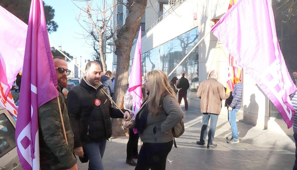Membres d'UGT i CCOO en la concentració davant dels jutjats prèvia a la vista pel cas de BIC Iberia.