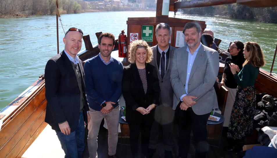 Pla picat de la foto de família dels representants de l'Ajuntament de Tortosa, la Cambra de Comerç i Airbnb sobre lo llaüt Lo Sirgador.