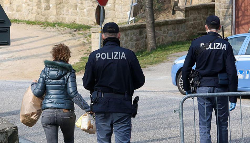 Policies italians informant a una veïna a Padova perquè mantingui el confinament.