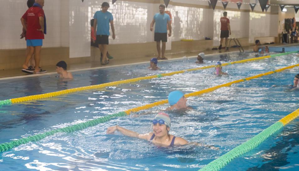 Els assistents van gaudir de la natació per relleus, d'un minipartit de waterpolo i també van iniciar-se a la natació sincronitzada.