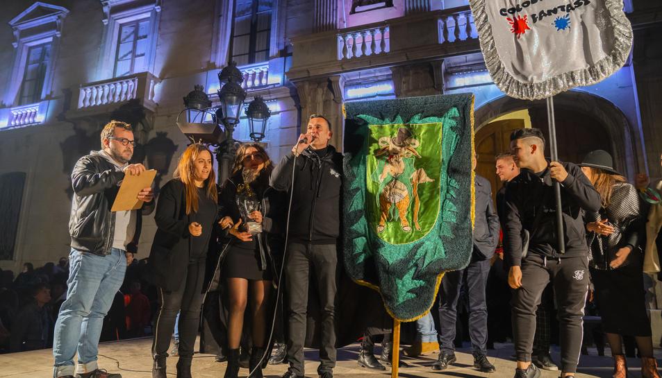 La plaça de la Font va celebrar el veredicte del jurat, que va donar guanyadora del Carnaval a la comparsa Colours Fantasy.