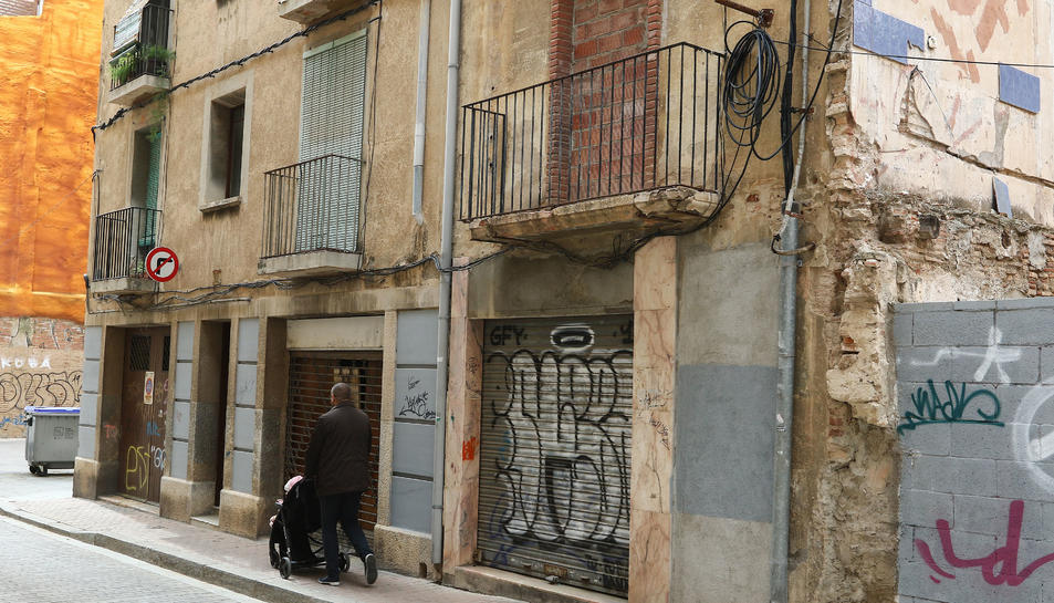 El número 24 del carrer Sant Esteve havia acollit anteriorment, segons denuncia el veïnat, ocupes.