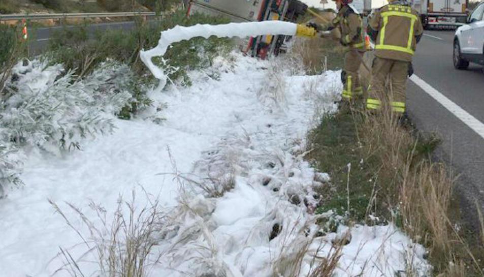 Imatge dels bombers actuant sobre el combustible vessat pel camió.