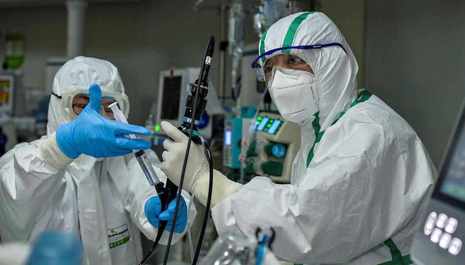 Personal mèdic a una unitat de cures intensives d'un hospital xinès dedicat al tractament de casos de coronavirus.