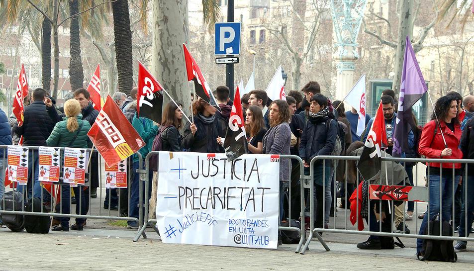 Imatge de la concentració de Doctorands en Lluita davant les portes de l'Audiència de Barcelona.