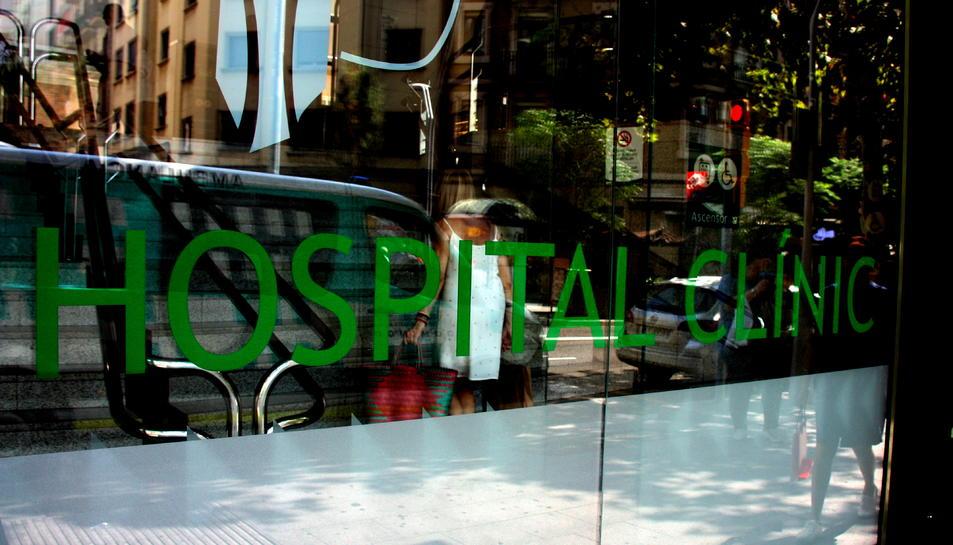 Pla curt de l'entrada de l'Hospital Clínic.