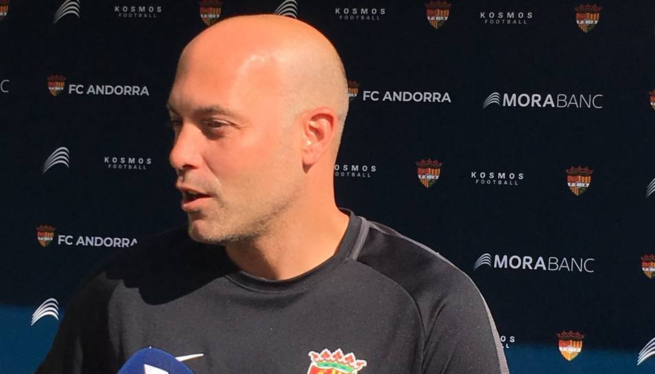 L'entrenador de l'Andorra, Gabri Garcia, atenent els mitjans