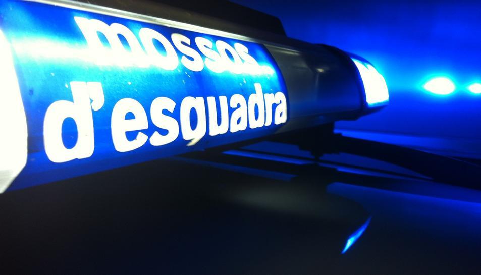 El detingut va acabar topant amb un vehicle dels Mossos d'Esquadra.