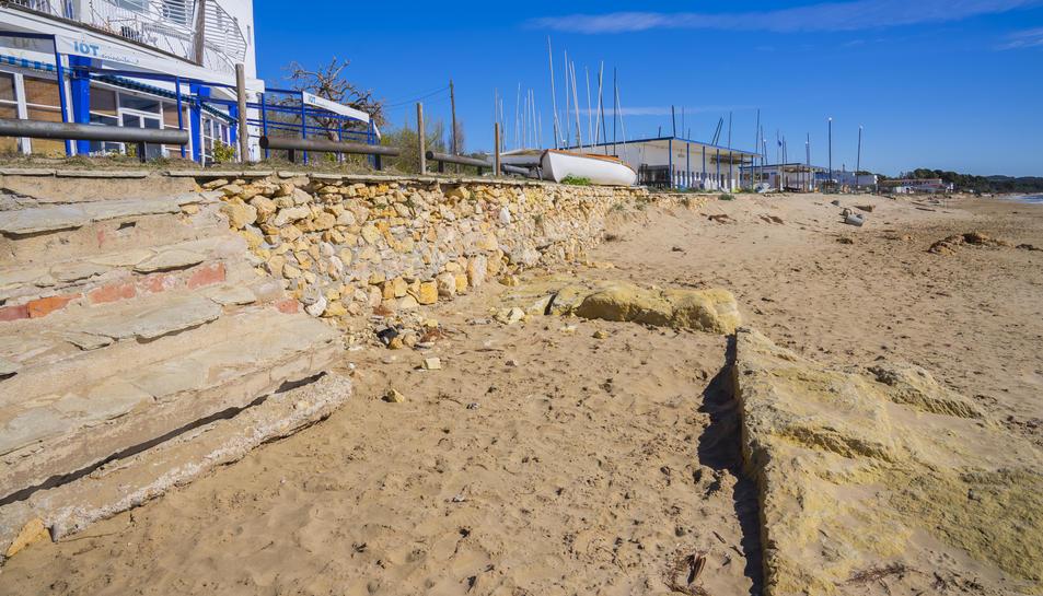 Restes de la base de la pedrera en l'espai de la platja Llarga conegut com la Porrassa.