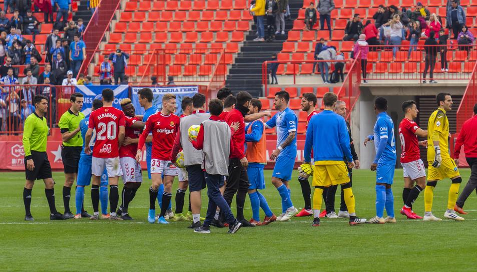 Els jugadors del Nàstic i del Lleida saludant-se al final del partit.