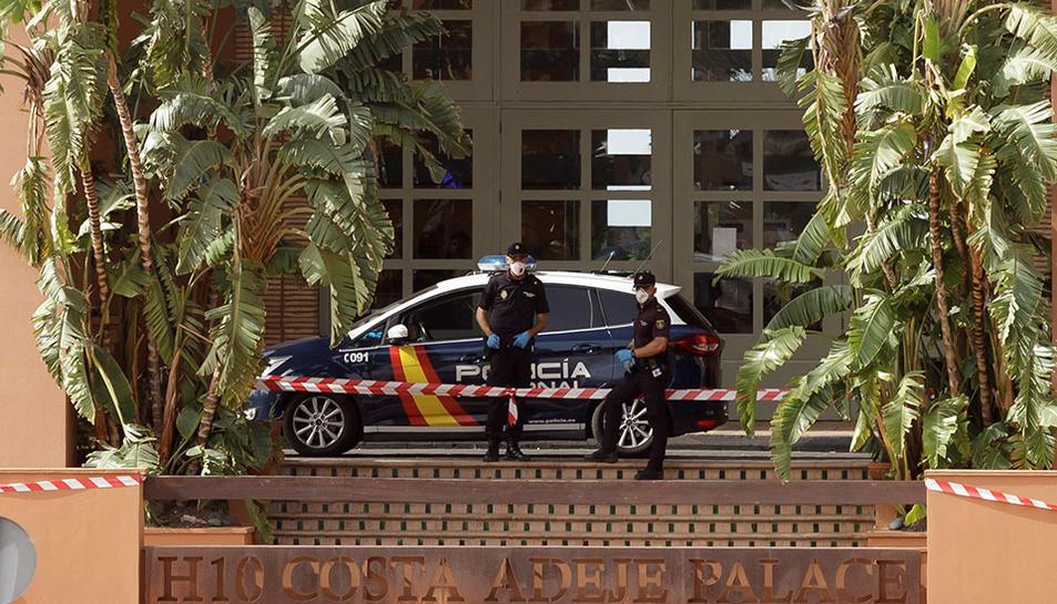 Agents de la Policia Nacional vigilant l'accés a l'hotel