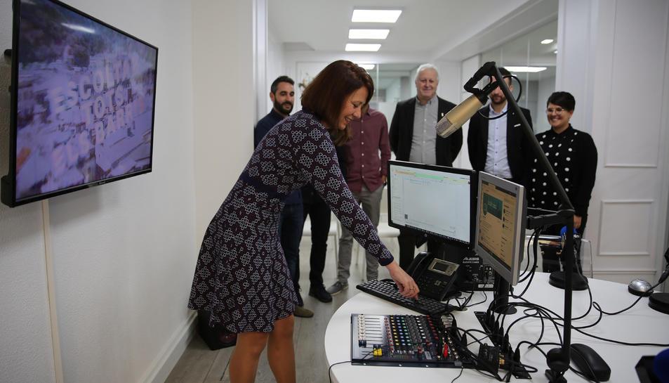 L'alcaldessa de Girona iniciant les emissions de l'emissora municipal, que també podria quedar afectada per la sentència.