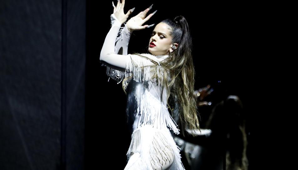 Rosalía aplaudint i vestida de blanc davant un fons negre actuant a la cerimònia dels Grammy a Los Angeles