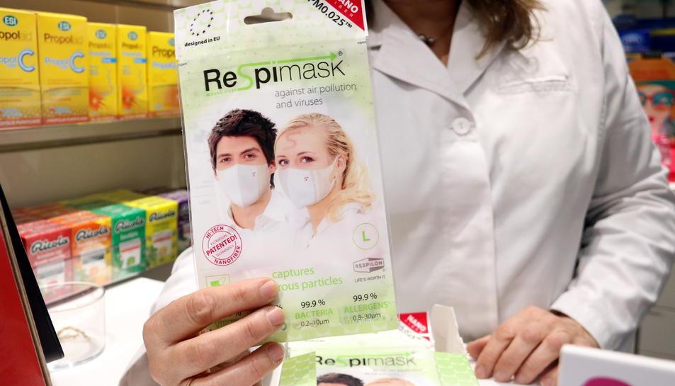 Una de les poques mascaretes que queden a la farmàcia Noguera de Girona després que la majoria d'elles s'hagin venut a causa del coronavirus.