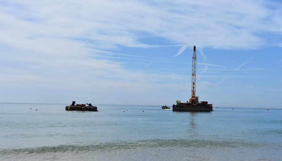 Imatge d'arxiu del bloc, a la platja de Torredembarra, quan es va desmuntar l'escultura 'Alfa i Omega'.