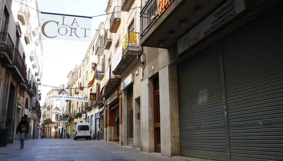 Pla general de locals tancats al carrer de la Cort de Valls, en ple centre històric.