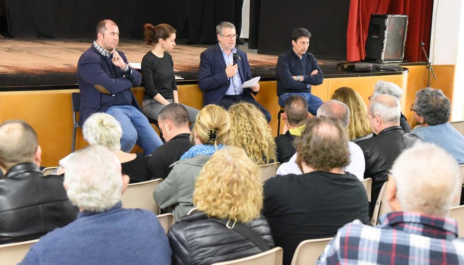 L'alcalde de Tarragona, Pau Ricomà, amb altres membres del govern municipal durant la reunió amb representants veïnals al Centre Cívic de Torreforta.