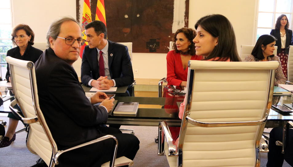 Quim Torra i Marta Vilalta en primer terme durant la taula de diàleg.