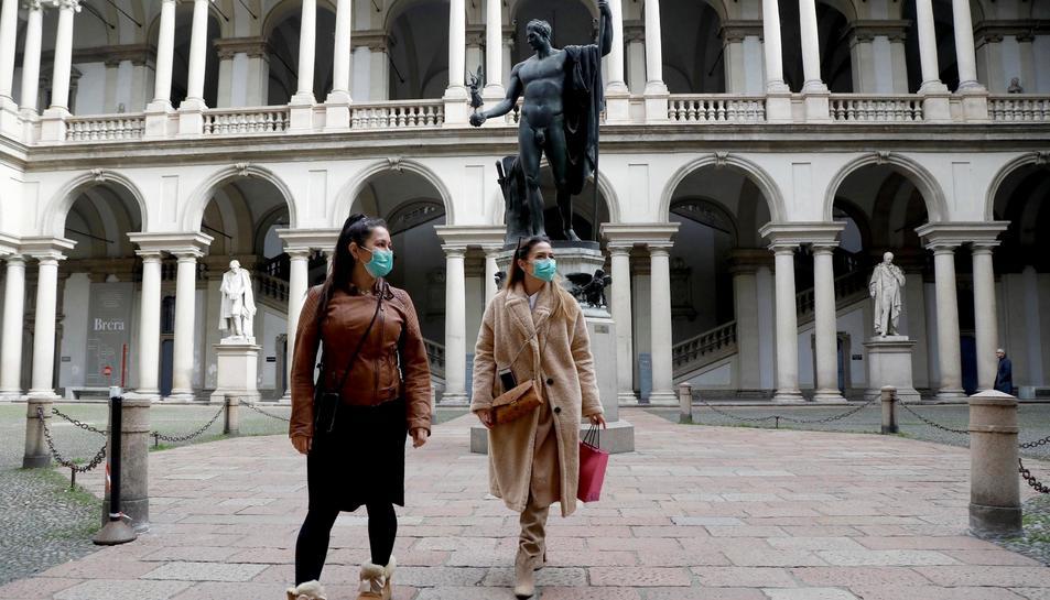 Dues turistes amb mascaretes mentre visiten el claustre del Palazzo di Brera de Milà, on ja s'han confirmat diversos infectats.