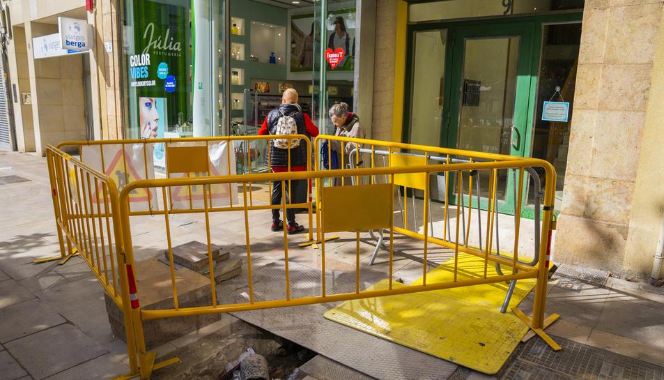 Els veïns del número 9 de Sant Agustí reclamen l'acabament de l'obra i es tapi el forat de la vorera.