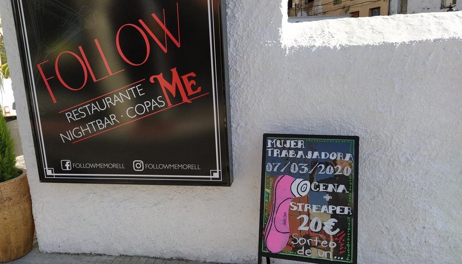 Cartell anunciador que el restaurant ha col·locat al carrer.