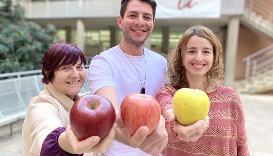 El doctorand de la URV Andrée Sandoval, al centre, amb les investigadores Rosa Solà (esquerra) i Úrsula Catalán, que són les supervisores de la seva tesi